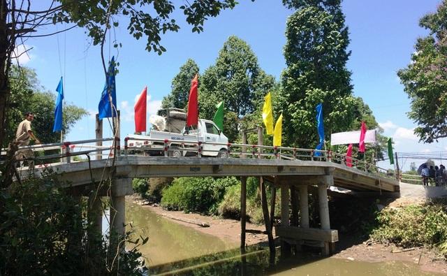 Từ nay, người dân khóm 5 thị trấn Lai Vung không chỉ có cây cầu kiên cố đi lại mà giao thương cũng thuận lợi hơn khi xe tải có tải trọng đến 5 tấn được phép qua cầu