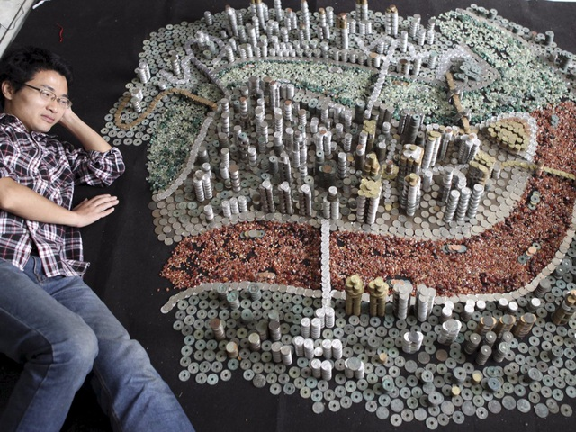 Cậu thanh niên He Peiqi ở Trùng Khánh, Trung Quốc và sở thích sưu tập tiền xu.