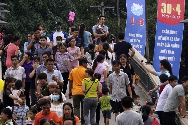 Theo ghi nhận của phóng viên chúng tôi Công viên Thủ Lệ là địa điểm thu hút đông người đến vui chơi nhất.