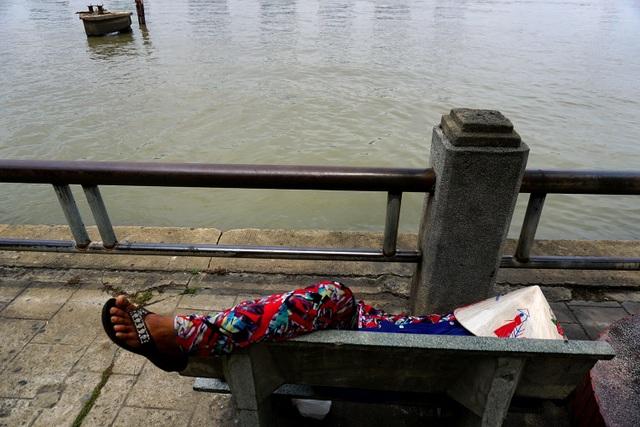 Người phụ nữ ngủ trưa bên dòng sông bến Bạch Đằng trưa nắng.