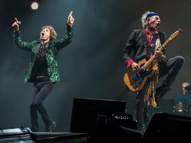 Nhóm nhạc Rolling Stones yêu cầu hai nữ phục vụ bàn ăn vận đẹp mắt, diện mạo ấn tượng, có kinh nghiệm làm việc, đến phục vụ nhóm trong các bữa ăn.