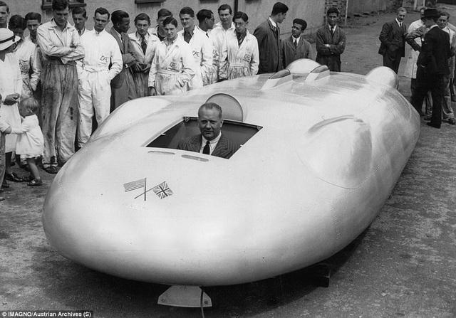 Tay đua người Anh John Cobb trong chiếc xe đua của mình. John Cobb đã từng phá các kỷ lục về tốc độ trên đường đua.