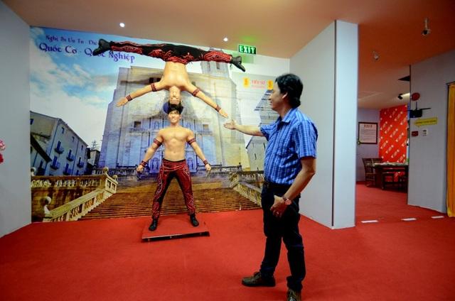 Họa sỹ Thái Ngọc Bình bên bức tượng đôi độc nhất vô nhị thể hiện bài biểu diễn của hai nghệ sỹ xiếc Quốc Cơ – Quốc Nghiệp.