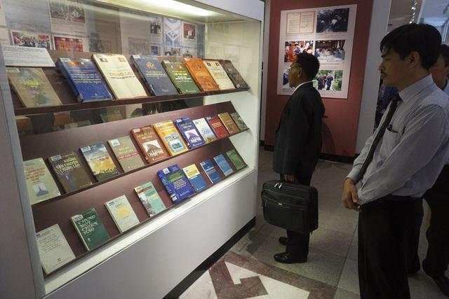 Gian trưng bày giới thiệu sách tại triển lãm.