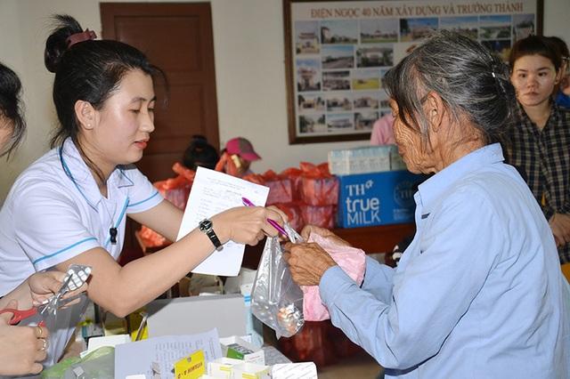 Các Y bác sĩ của CLB Thầy thuốc trẻ tỉnh Quảng Nam khám bệnh phát thuốc cho người dân