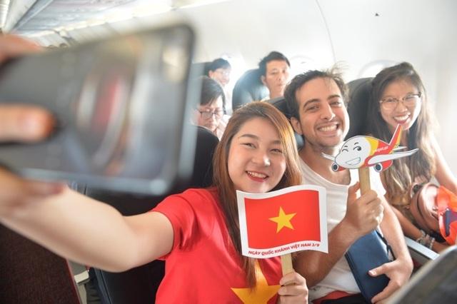 """Gần 200 hành khách Vietjet cùng hát """"Nối vòng tay lớn"""" mừng quốc khánh 2/9 - 15"""