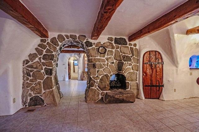 Căn biệt thự là một công trình cổ tích, một tác phẩm nghệ thuật dễ thương trong từng chi tiết.