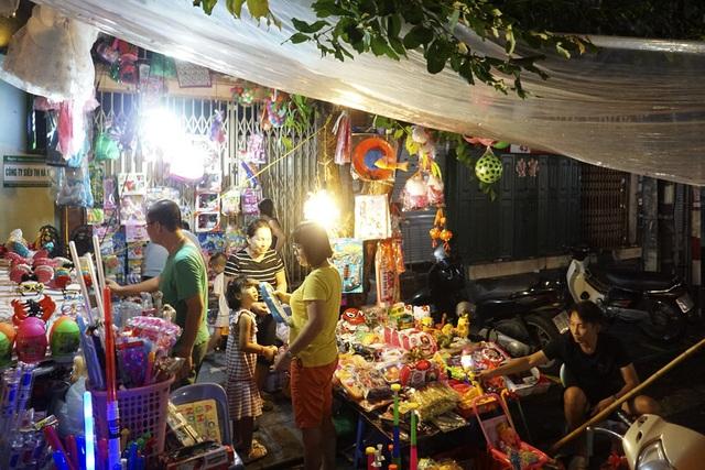 Vào hôm trời mưa, chợ tan khá sớm. Những ngày thời tiết đẹp, chợ Trung thu phố cổ Hà Nội sẽ nhộn nhịp đến khoảng 23h.