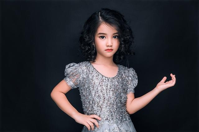 Suri Bảo Hân - Thiên thần 5 tuổi từng gây sốt vì hình ảnh dễ thương trở nên sắc sảo trong shoot hình.