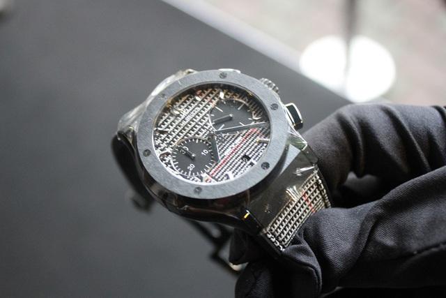 Phiên bản đồng hồ Classic Fusion Italia Independent ceramic sử dụng vải của nhà mốt nước Ý Rubinacci tạo nên sự tinh tế, sang trọng cho người sử dụng.