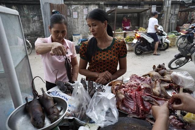 Giá chuột bán ở chợ khoảng 80 nghìn đồng/kg. Khách mua, chuột mới được cắt bỏ đầu, đuôi, toàn bộ ruột. Việc chế biến sau cùng sẽ do người ăn tự quyết định.
