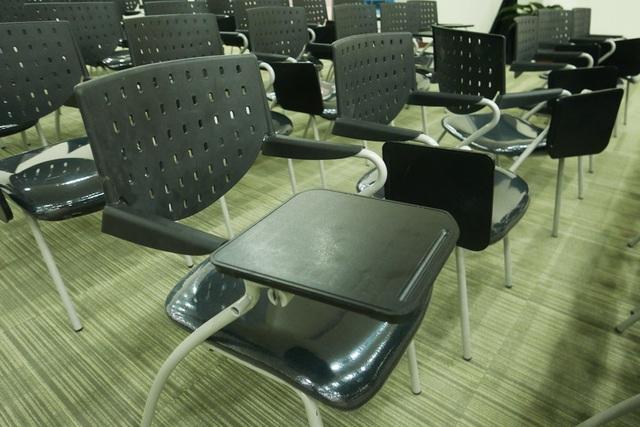 Ngoài hệ thông âm thanh, ánh sáng tốt, ghế ngồi của phóng viên cũng mang phong cách năng động, hiện đại.