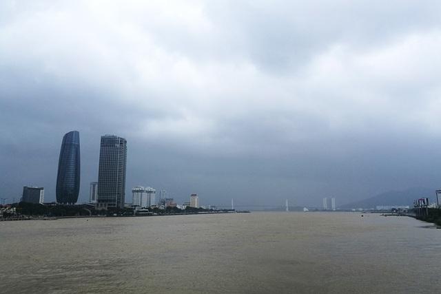 Do ảnh hưởng của cơn bão số 12, từ sáng sớm 4/11, Đà Nẵng có mưa kèm gió thổi mạnh. Trong cả ngày hôm nay, mây đen giăng khắp bầu trời thành phố.