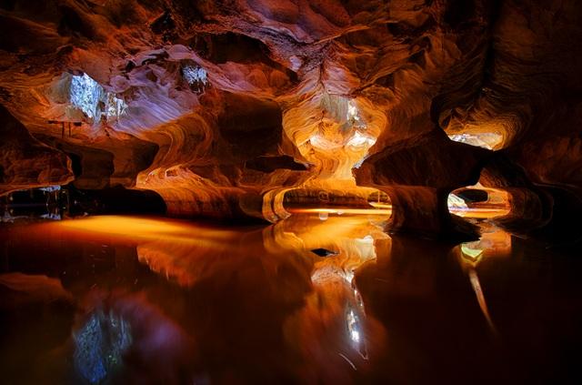Ảnh chọn xuất bản trong chuyện ảnh Off the Beaten Path, ngày 4/8/2017 của cộng đồng National Geographic. Sơn Trà là tên gọi tạm thời của hang động huyền ảo này ở Kiên Lương, Kiên Giang. Được hình thành và kiến tạo nên qua hàng ngàn năm.