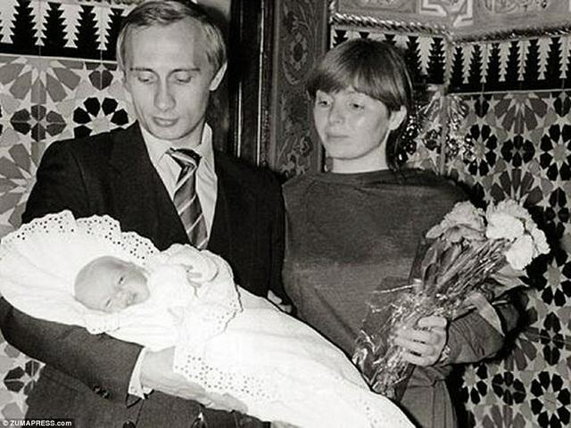 Vợ chồng ông Putin chụp cùng con gái lớn Mariya Putina vào năm 1985.