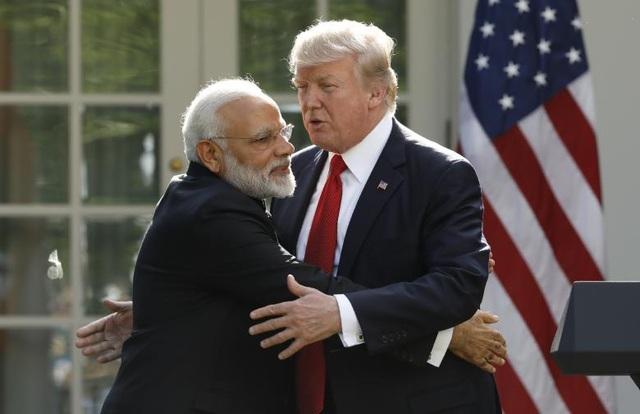 """Chiếc ôm """"thân mật"""" giữa Thủ tướng Ấn Độ Narendra Modi và ông Trump tại Vườn Hồng ngày 26/6/2017. (Ảnh: Reuters)"""