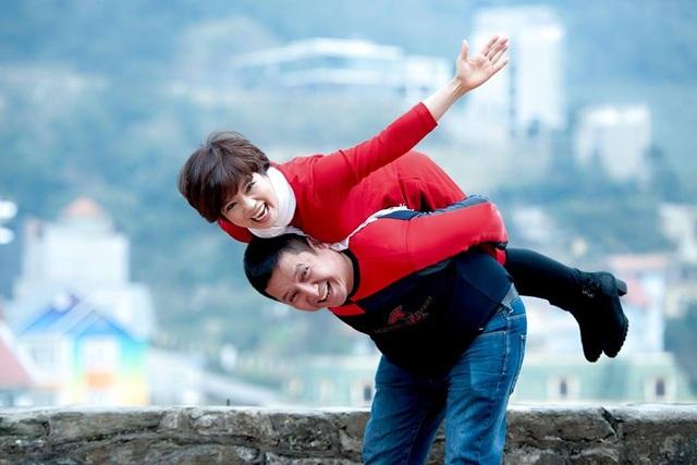 Vợ chồng NSƯT Chí Trung vẫn lãng mạn sau nhiều năm chung sống.