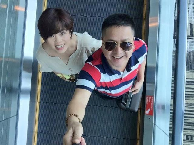 NSƯT Chí Trung thích thú chia sẻ khoảnh khắc trẻ trung của hai vợ chồng.
