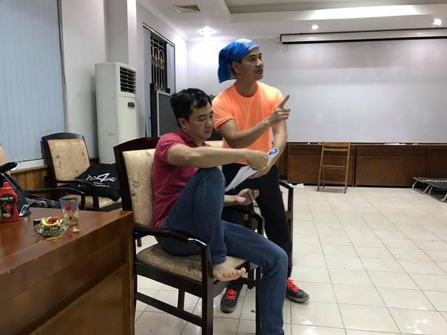 Đạo diễn Đỗ Thanh Hải và Nam Tào Xuân Bắc trong một buổi tập.