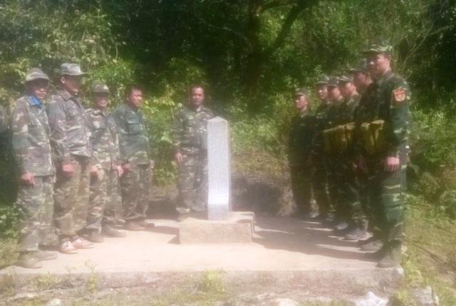 Các chiến sĩ biên phòng đi tuần tra tại các mốc quốc giới