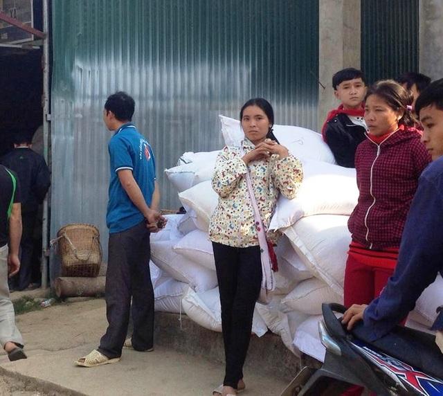 Người dân huyện miền núi Mường Lát nhận gạo hỗ trợ theo định kỳ
