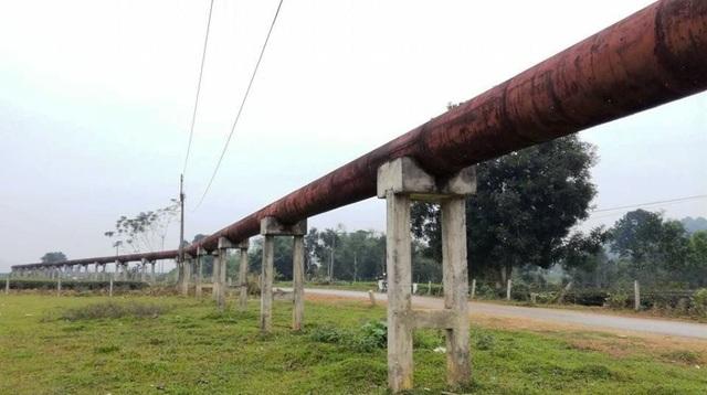Đường ống nằm cách mặt đất hơn 1,5m bởi 1 hệ thống chân trụ và bê tông cốt thép vững chắc