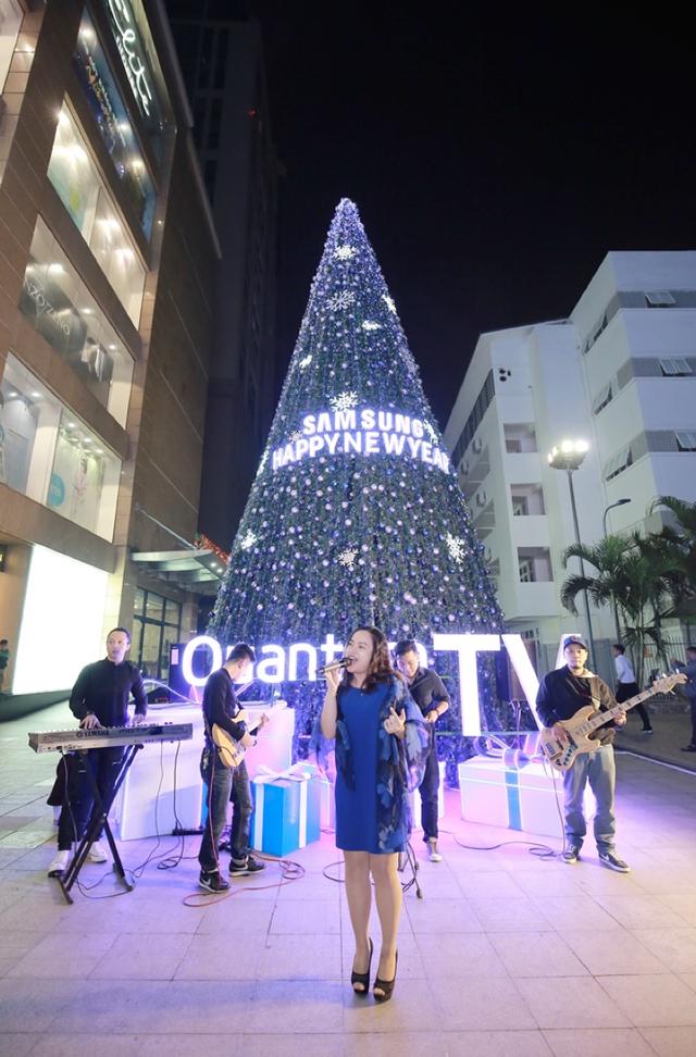 Tại Hà Nội, trong ngày đầu năm mới, các nhóm nhạc cũng biểu diễn tại Vincom Bà Triệu