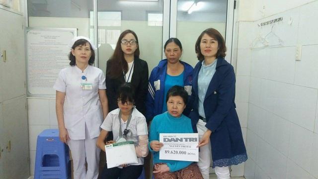 PV Dân trí trao tiền cho hai mẹ con cô Nguyễn Thị Hải có sự chứng kiến của đại diện Bệnh viện Đà Nẵng