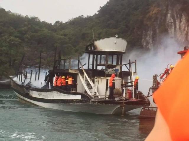 Một vụ cháy tàu khác xảy ra trên vịnh Hạ Long