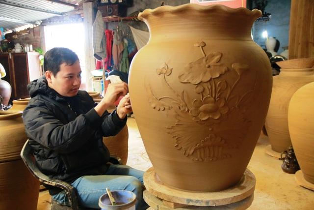 Những bình gốm có giá trị nghệ thuật cao như thế này có giá bán từ vài triệu đồng đến trên chục triệu đồng. Vào dịp tết, những loại sản phẩm như thế này được ưa chuộng và nhiều người đến đặt làm nhưng thợ gốm Gia Thủy không giám nhận vì sợ không kịp hàng cho khách.