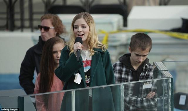 Trong khi đó, nữ ca sĩ trẻ tài năng 16 tuổi Jackie Evancho tiếp tục luyện tập tại khu phía Tây của tòa nhà Quốc hội Hoa Kỳ để chuẩn bị cho phần hát quốc ca trong lễ nhậm chức của ông Donald Trump diễn ra chính thức vào thứ 6 này (theo giờ Mỹ).