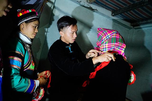 Chú rể cởi khăn bịt mặt cho cô dâu tại phòng cưới