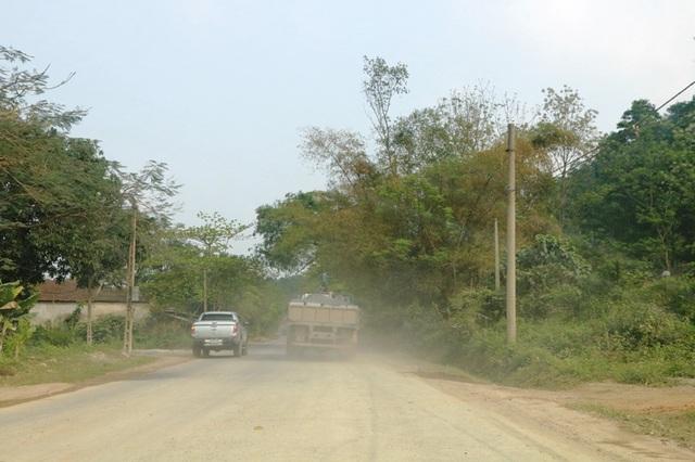 Cảnh bụi mù trên QL 12B diễn ra thường xuyên khiến người dân 2 bên đường luôn trong tình trạng mất ăn mất ngủ, sống chung với lũ chưa biết đến bao giờ.