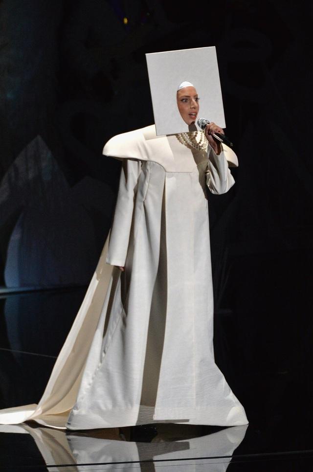 Không chỉ phong cách xuất hiện tại sự kiện gây chú ý, ngay cả trên sân khấu các sự kiện âm nhạc lớn, Gaga cũng không ngần ngại thực hiện những thử nghiệm. Trong ảnh là màn biểu diễn của cô tại lễ trao giải MTV VMA 2013.