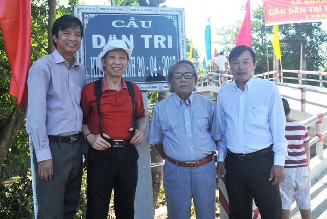 Nhà báo Phạm Huy Hoàn, Nhà báo Phan Huy chụp hình lưu niệm với lãnh đạo UBND thị trấn Lai Vung