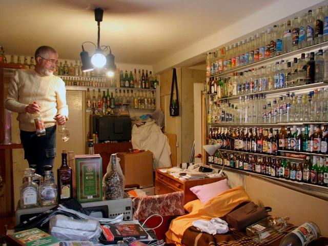 Ông Yuri Kreshkov sinh sống ở Kiev, Ukraine sưu tập trong nhà… 3.000 chiếc vỏ chai.