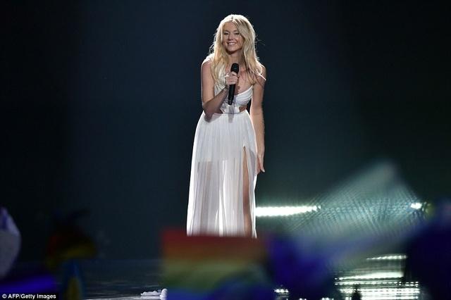 """Kasia Mos - đại diện của Ba Lan - trình diễn """"Flashlight"""" trước hàng ngàn khán giả có mặt trực tiếp tại đêm chung kết Eurovision."""