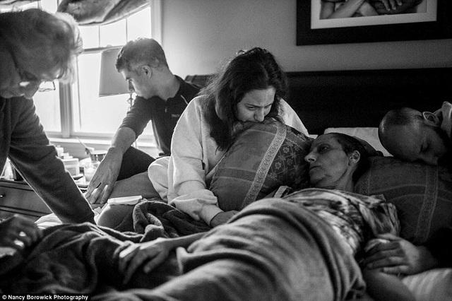 Bộ ảnh cảm động và chân thực ghi lại những khoảnh khắc của một gia đình cùng nhau đối diện với bệnh tật. Bà Laurel qua đời trong vòng tay của những thành viên thân yêu trong gia đình.