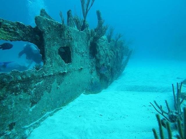 Một vụ nổi tiếng khác liên quan tới con tàu hơi nước hai cột buồm của Mỹ Mary Celestia. Nó vận chuyển súng, đạn dược, vật dụng, lương thực cho quân đội ở phía nam trong cuộc nội chiến Mỹ. Năm 1838, con tàu lớn này chìm nghỉm sau khi va chạm với một rạn san hô gần bờ phía nam Tam giác quỷ Bermuda. Kỳ dị hơn, ngày 4/12/1872, người ta nhìn thấy Mary Celestia đang trôi dạt tự do ngoài khơi Bồ Đào Nha. Toàn bộ thủy thủ đoàn biến mất không để lại một dấu vết, trong khi mọi thứ trên tàu đều còn nguyên vẹn.