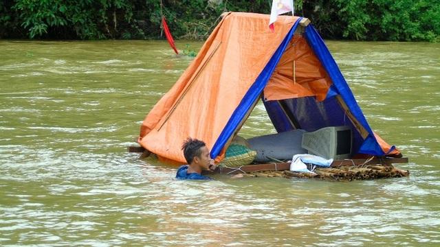 Tình huống người dân bị lũ cuốn trôi đang bám vào các vật dụng trên sông chờ cứu hộ