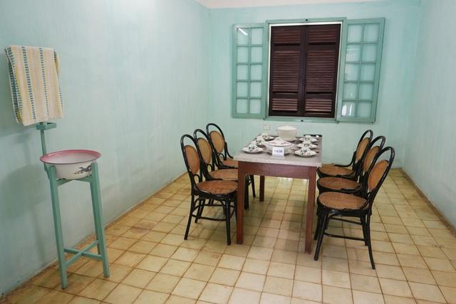 Phòng ăn rộng 17m2, bố trí bộ bàn ăn cho 6 người và 1 chiếc giá để chậu nước, khăn lau.