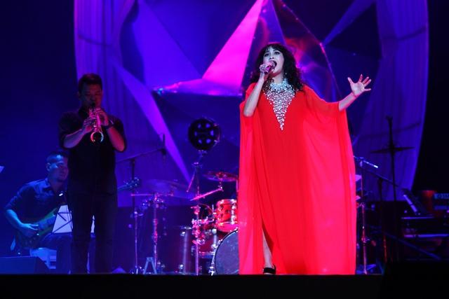 Diva Hồng Nhung nằm ngửa hát, Tùng Dương bật khóc trên sân khấu - 13