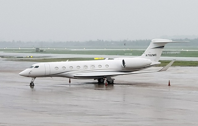 Trước đó, tối 3/11, một chiếc máy bay Gulfstream mang số hiệu N762MS đã hạ cánh xuống sân bay quốc tế Đà Nẵng. Dữ liệu của Cơ quan Hàng không Liên bang Mỹ (FAA) cho thấy chiếc máy bay thuộc sở hữu của chuỗi cửa hàng bán lẻ Wal-mart (trụ sở tại Mỹ). Đây là cũng máy bay riêng xuất hiện đầu tiên trước thềm APEC, mở màn cho những ngày liên tục có chuyên cơ đáp xuống Đà Nẵng.
