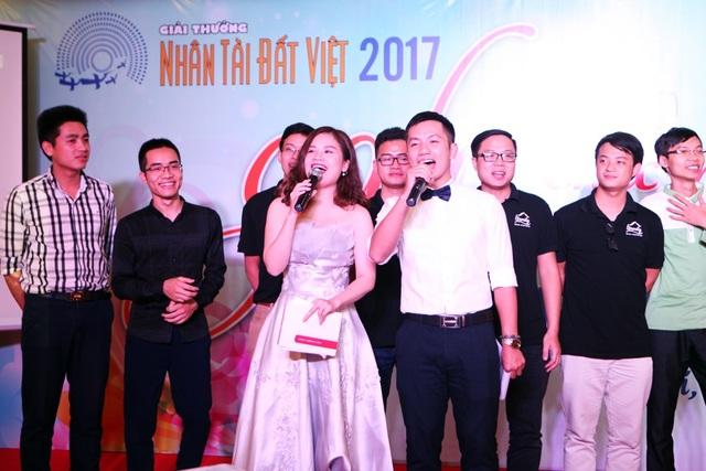 Lễ trao giài Nhân tài đất Việt 2017 sẽ diễn ra vào 20h ngày 16/11 tại Cung Văn hóa Hữu nghị Việt xô. Chương trình được tường thuật trực tiếp trên sóng VTV2 Đài truyền hình Việt Nam và tường thuật trực tuyến trên báo điện tử Dân trí.