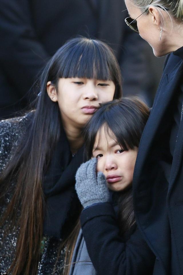 Hai cô con gái nuôi Jade và Joy được vợ chồng nghệ sĩ Hallyday nhận nuôi từ Việt Nam vào năm 2004 và 2008.