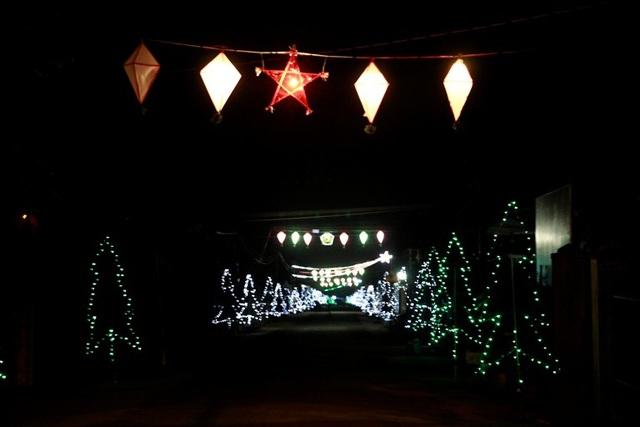"""Giáo dân """"phố núi"""" tất bật trang trí chuẩn bị cho lễ Giáng sinh - 14"""