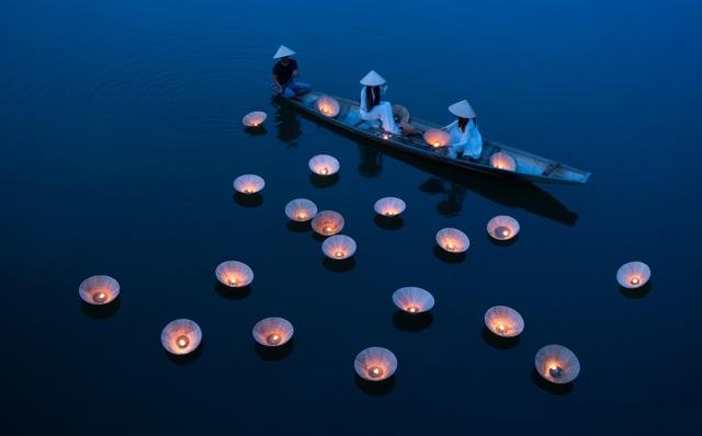 Ảnh đẹp nhất trong ngày 23/8/2017 là khoảng khắc chụp buổi biểu diễn thả đăng ở Huế, với tone màu xanh và khoảnh khắc tĩnh lặng hoàn hảo.