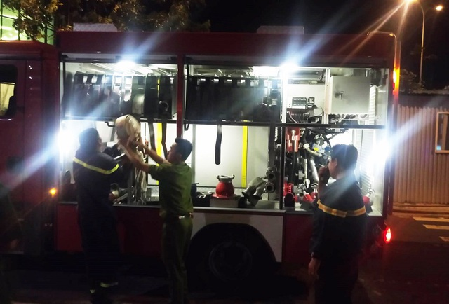 Lực lượng PCCC Khánh Hòa đã điều nhiều xe cứu hỏa cùng cả trăm chiến sĩ tới hiện trường tổ chức khống chế đám cháy. Việc tiếp cận bằng đường bộ gặp nhiều khó khăn vì nhà dân ở san sát nhau, đường vào rất nhỏ