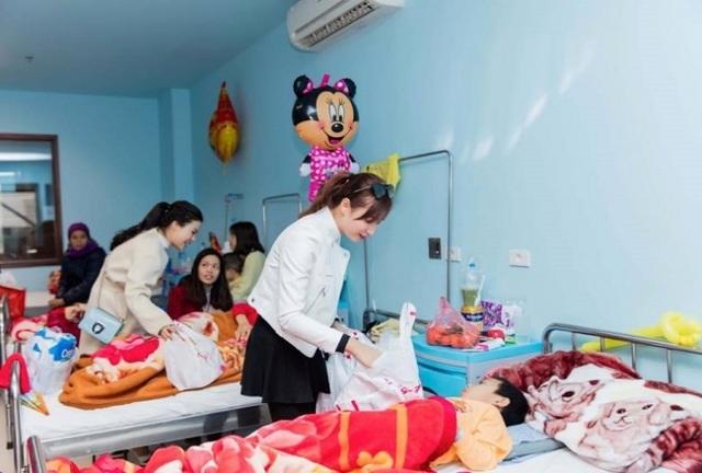Lã Thanh Huyền cùng những người bạn đã đến tận giường bệnh trao quà cho các bệnh nhi.