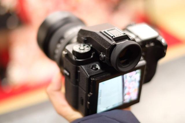 Cảm biến Medium Format của GFX 50S sở hữu độ phân giải 51,4 mm và theo kỹ sư của hãng này, nó được thiết kế lớn gấp 1,7 lần so với cảm biến Full-Frame. Điều này giúp tạo ra các bức ảnh đẹp hơn, màu sắc tốt hơn...